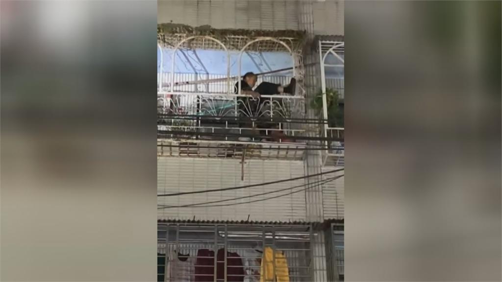 獨居婦在家跌倒呼救 機車行老闆當蜘蛛人救命