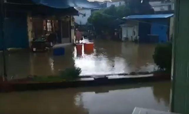 快新聞/大排宣洩不及 小琉球淹水「路面直接變河道」