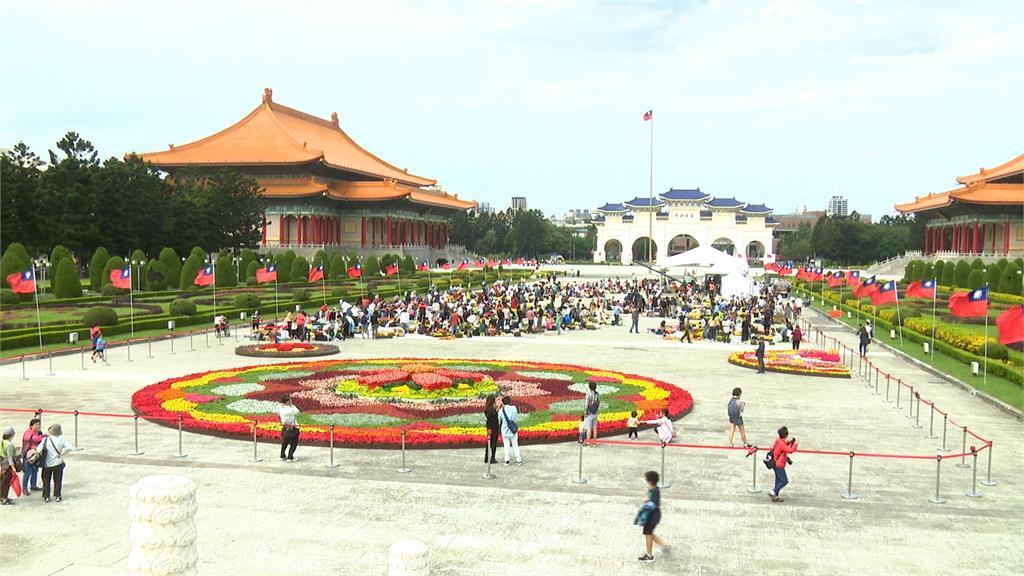 期間限定!中正紀念堂鋪上超大型花毯 吸引民眾打卡拍照