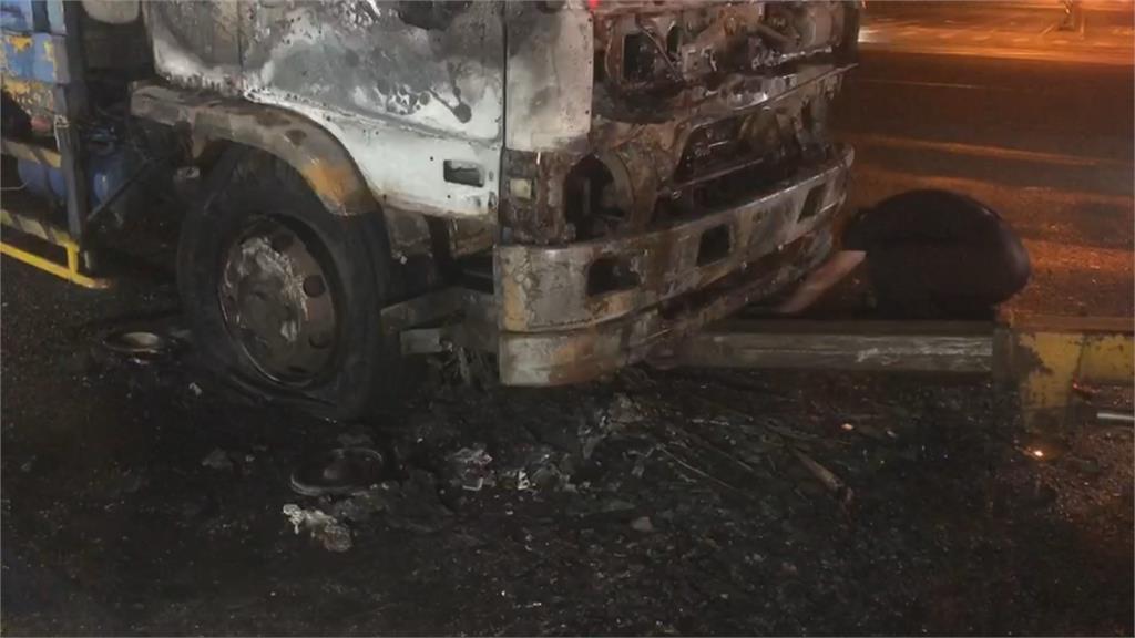 機車停快車道被大貨車追撞燒成廢鐵 卻不見騎士蹤影! 警方說話了...