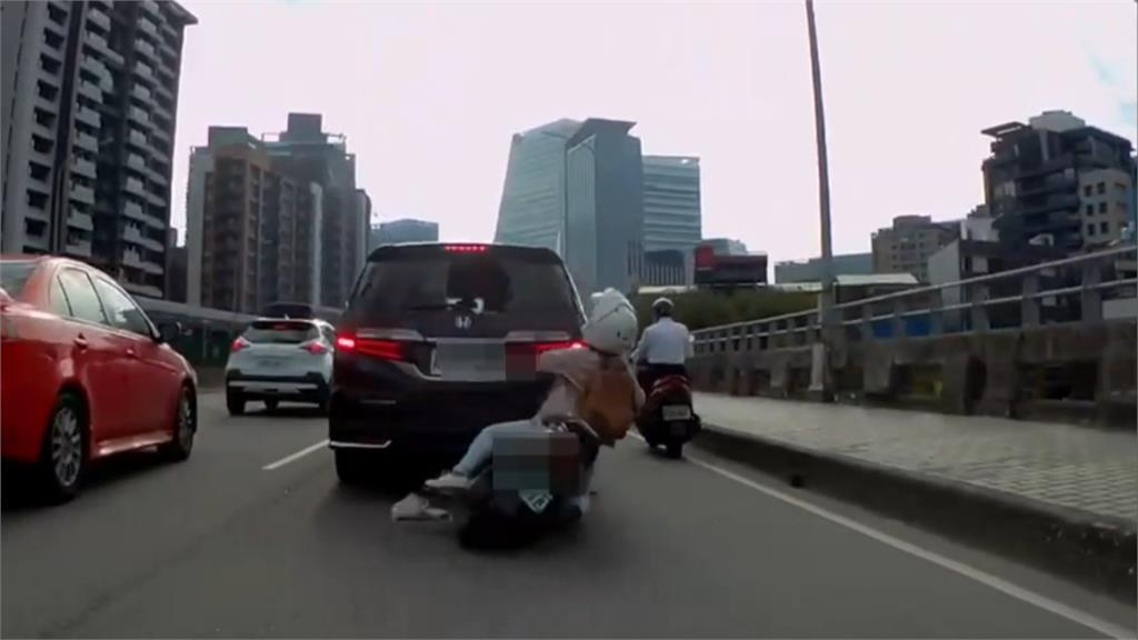 機車撞汽車 騎士彈起頭撞破玻璃 網友:鐵頭功!