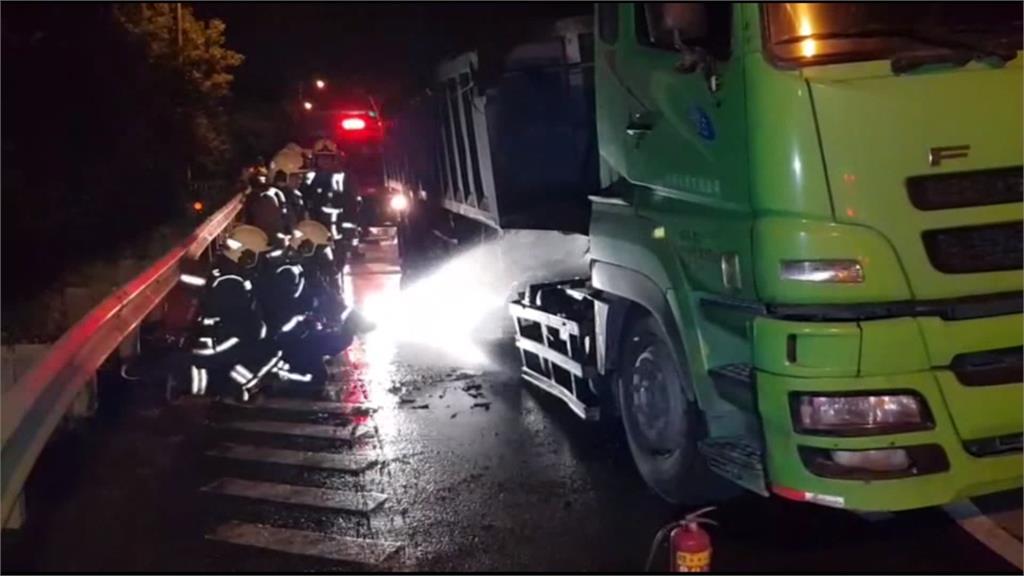 疑剎車卡死過熱 新北台64線砂石車爆胎火燒車