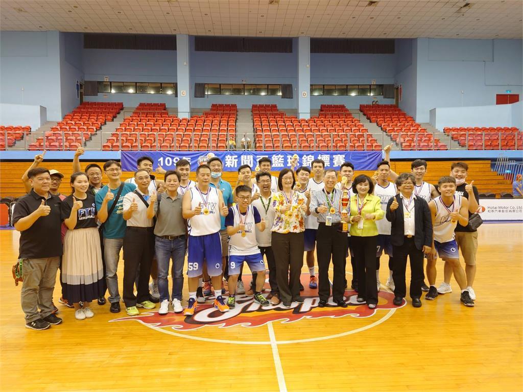 快新聞/新聞盃籃球冠軍戰「民視奪冠」 擊敗緯來捧隊史第2座金盃