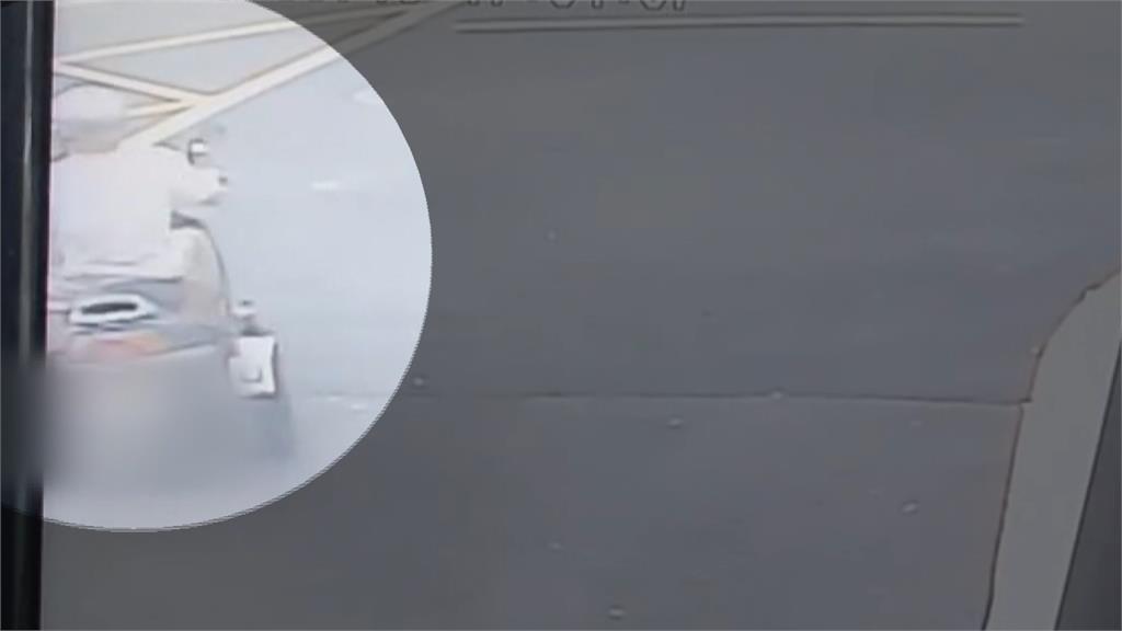 殘障機車疑違規左轉 撞上直行機車2人噴飛