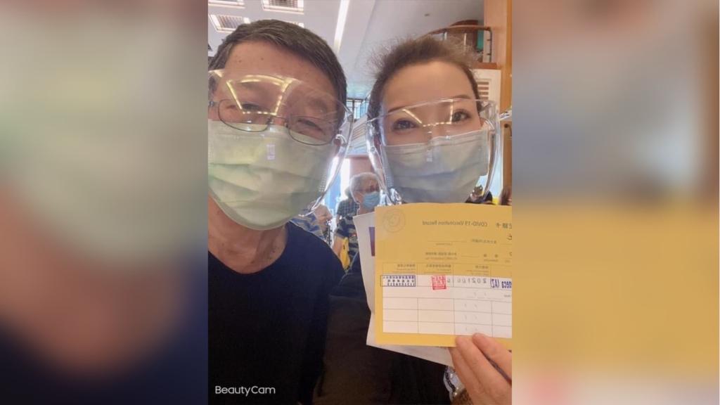 楊繡惠帶86歲父親阿西接種疫苗 誇讚流程快速不用等