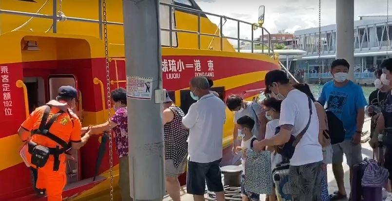 快新聞/端午假期人潮多 前往小琉球船隻擠滿旅客