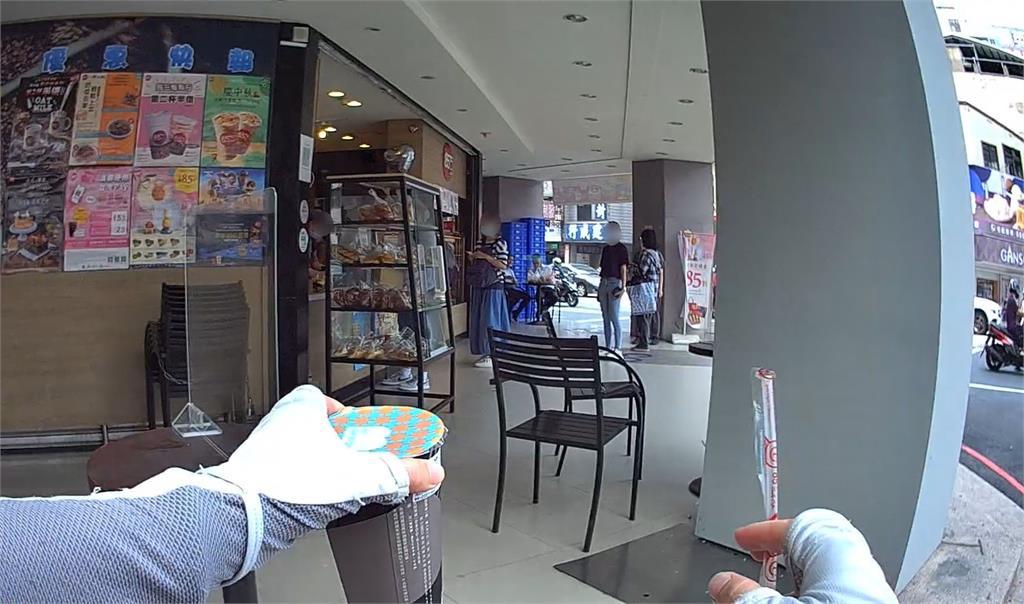 就愛喝這味!6旬老翁癱軟飲料店前 仍不忘要點「青茶無糖少冰」