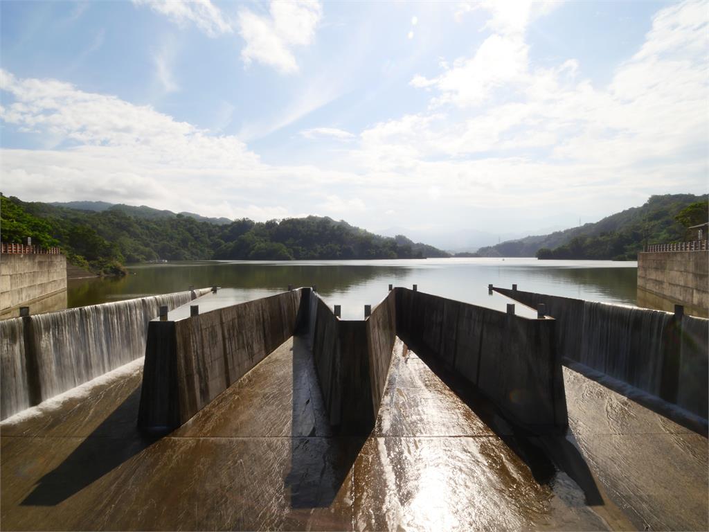 鯉魚潭水庫滿出來了!678天「乾旱→滿水位」絕美溢流畫面曝光