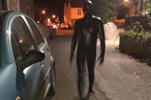 英國驚見「恐怖橡膠男」跟蹤落單女子!詭異笑臉成住戶惡夢
