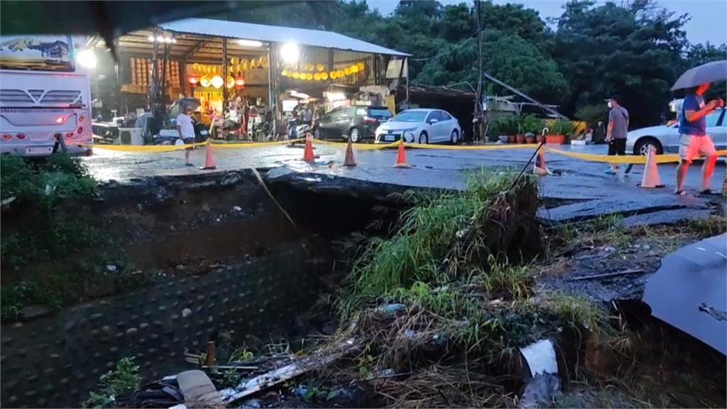 雨彈強襲中南部 高雄鳳山道路整片塌陷