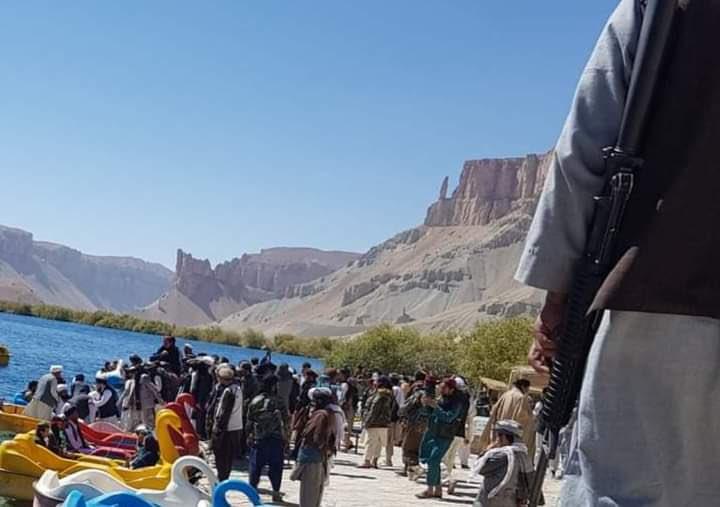 塔利班持槍爽逛阿富汗國家公園 踩「武裝天鵝船」遊湖網:開發海軍嗎?