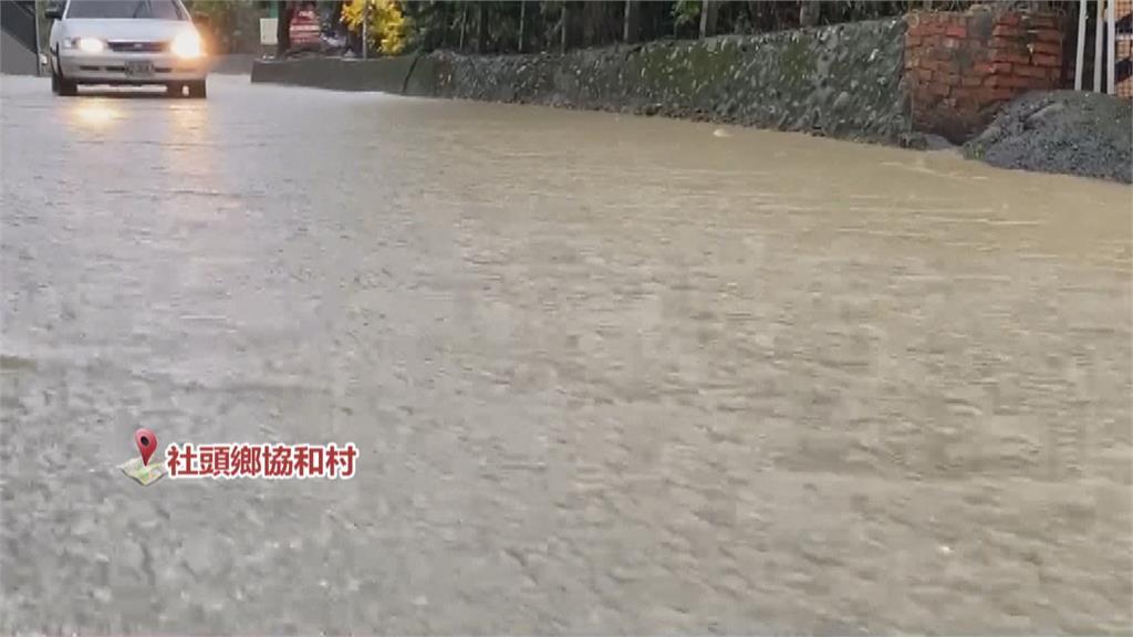 雨彈炸裂! 壘球場變小湖泊 水淹到小腿肚