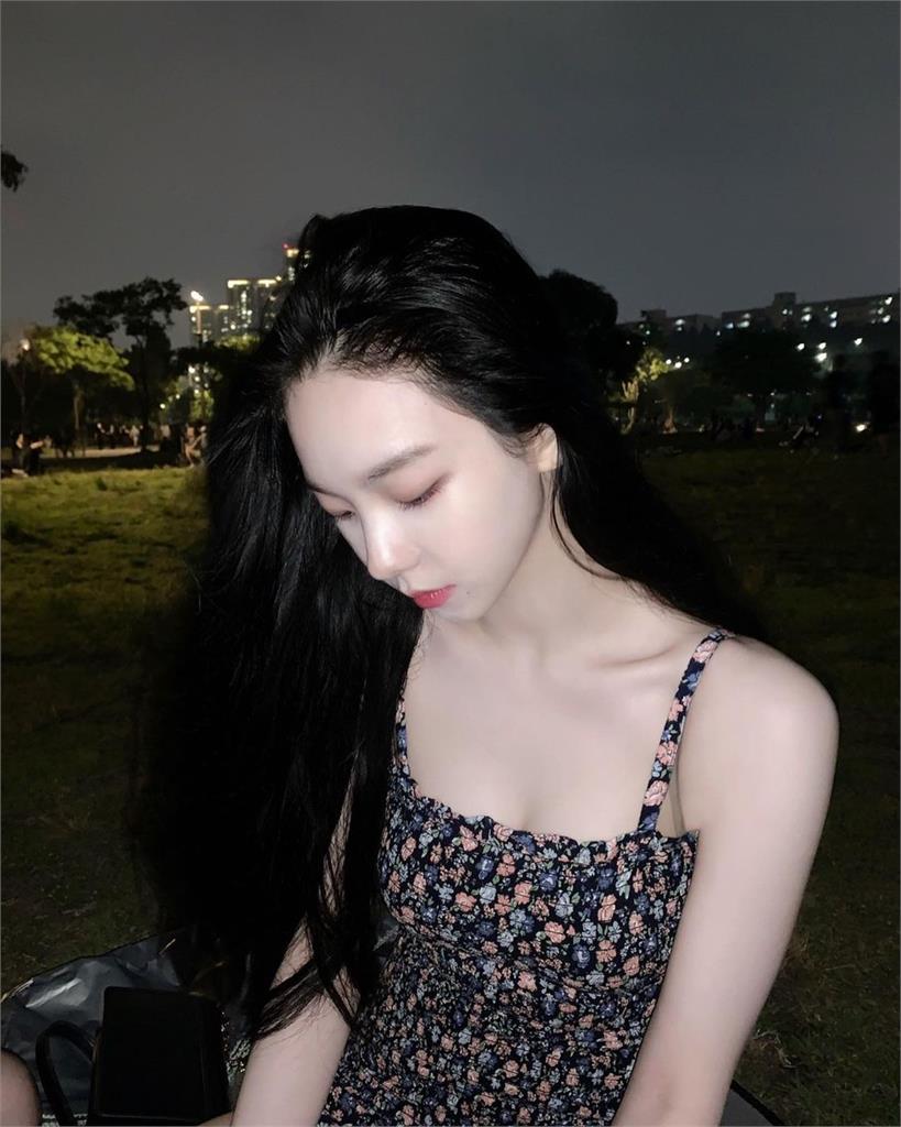 aespa隊長曬「絕美碎花裙」2連拍!韓網暴動:仙女是妳