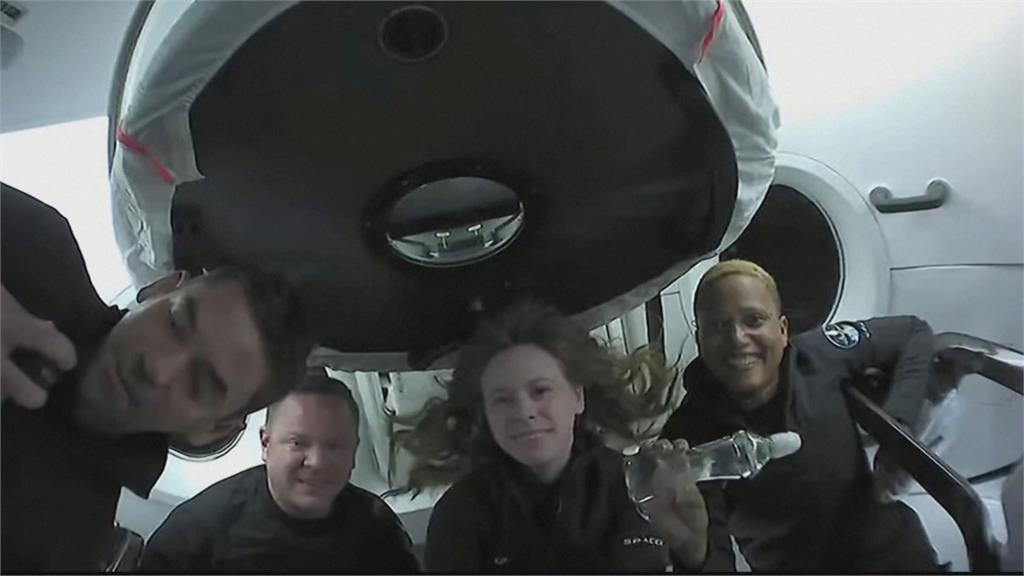 地球太危險!「平民團」指揮官返家驚覺全家都染疫 網笑:不如待在外太空