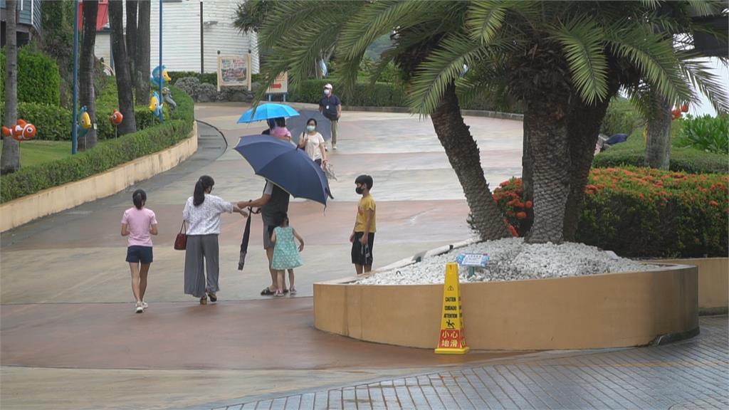 疫情降級後首周末 花蓮七星潭停車場客滿