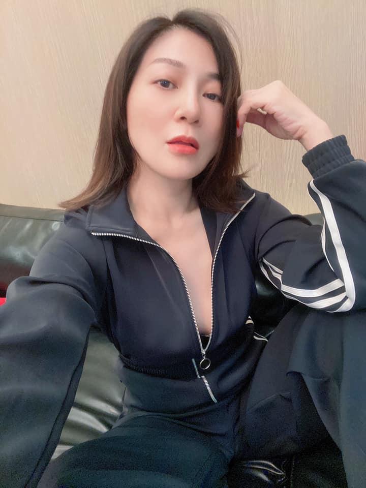 王彩樺「黑色緊身衣」拉鍊拉一半!曬照尬颱風網讚:有辣有保庇