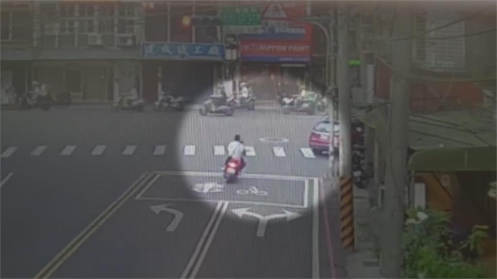 黑衣男見警機車丟了就跑... 有詭!落網後身分曝光
