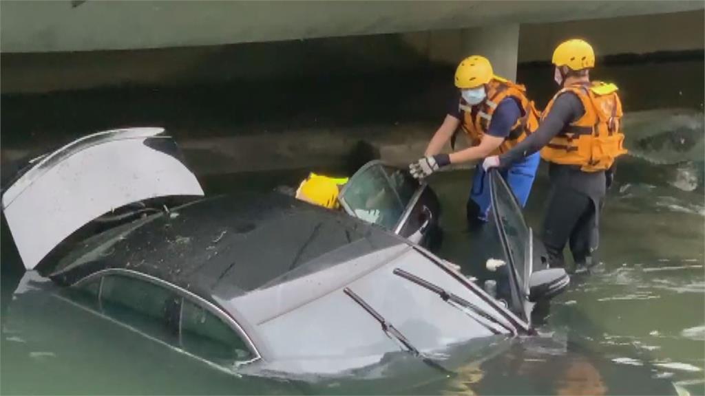 阿人咧!?台中柳川驚見車輛墜河 肇事駕駛卻不見人影