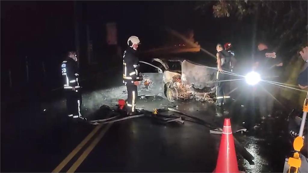出租車擦撞山壁起火燃燒 憂車輛爆炸無處跑 駕駛躲百公尺遠