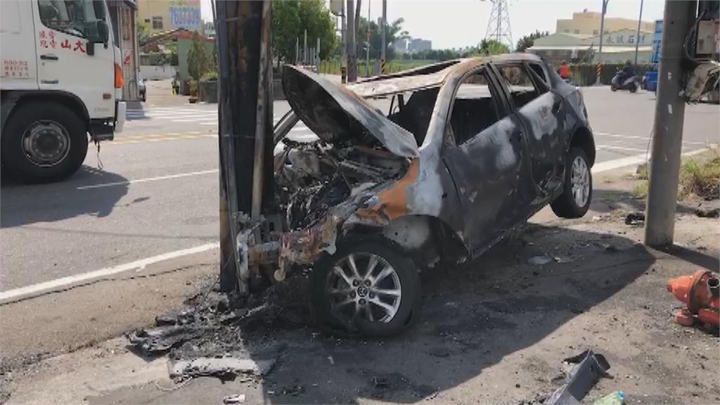 為了閃狗過馬路!轎車撞電桿燒成火球 駕駛跳車逃命