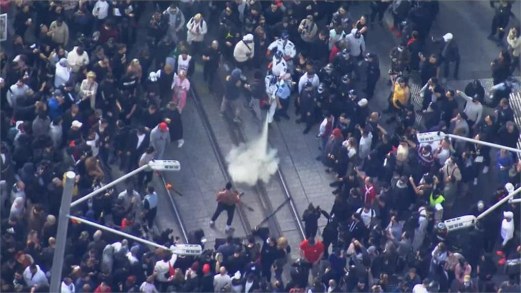 雪梨封城!上千民眾上街抗議 朝警方丟擲雜物