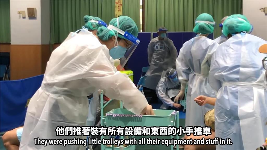 中英文標示動線超清楚!2分鐘內完成疫苗接種 外師讚:專業有效率