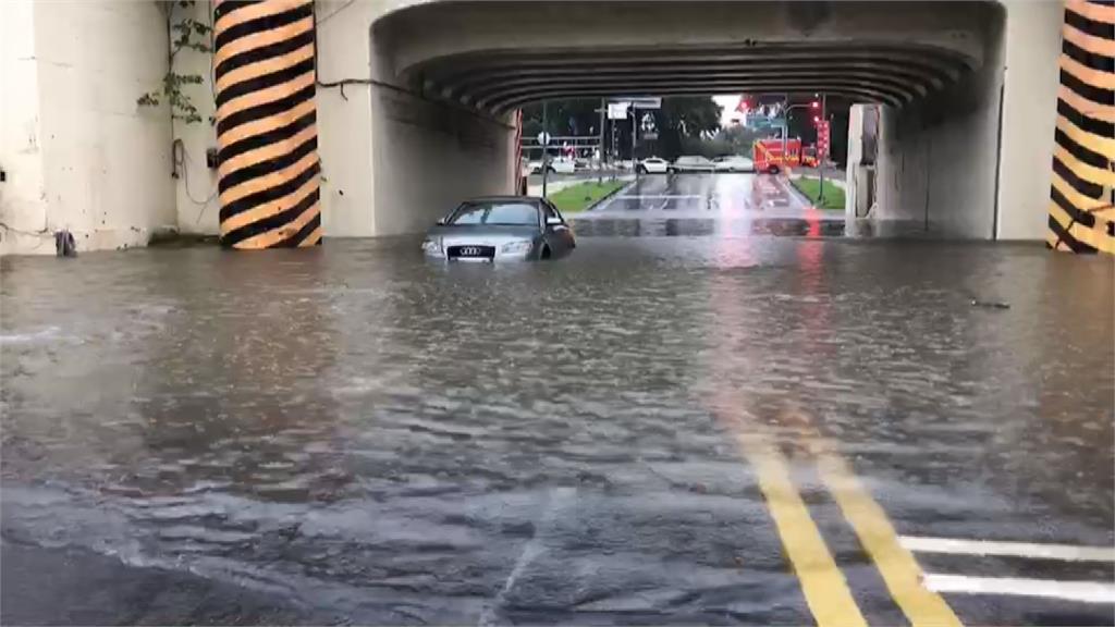暴雨狂襲中南部!台南多處嚴重淹水 車輛困小東路地下道畫面曝光
