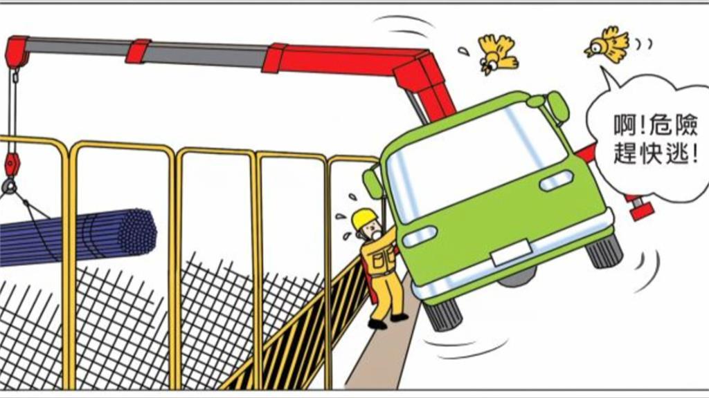 吊車疑「吊太重」悲劇了 車身懸空吊臂砸鷹架