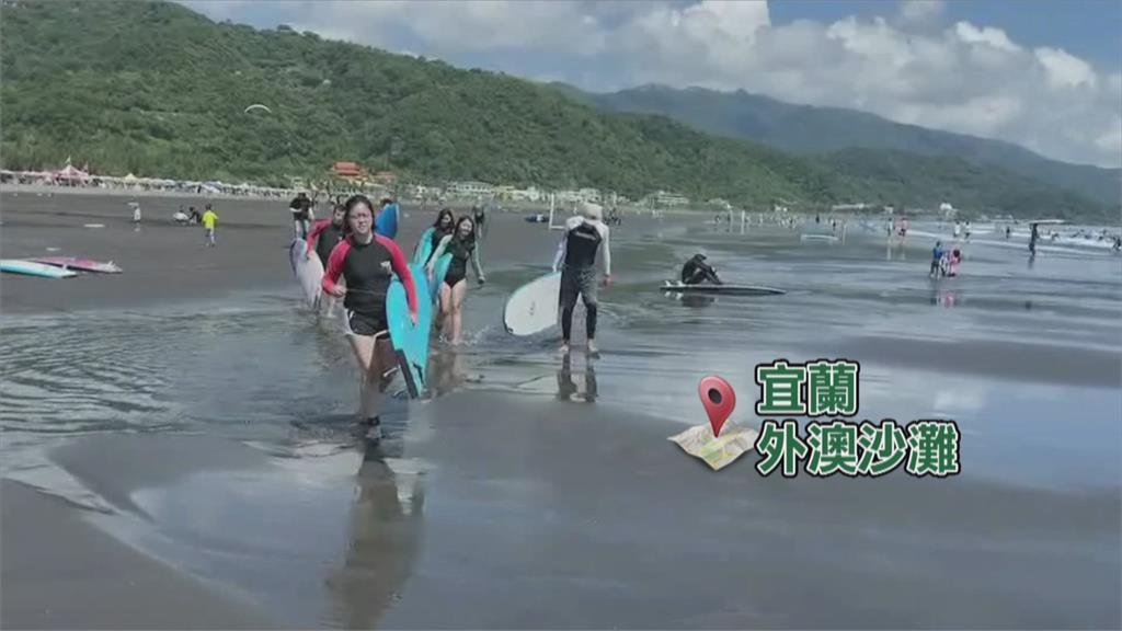 中秋連假出遊 宜蘭外澳沙灘湧入遊客.衝浪客
