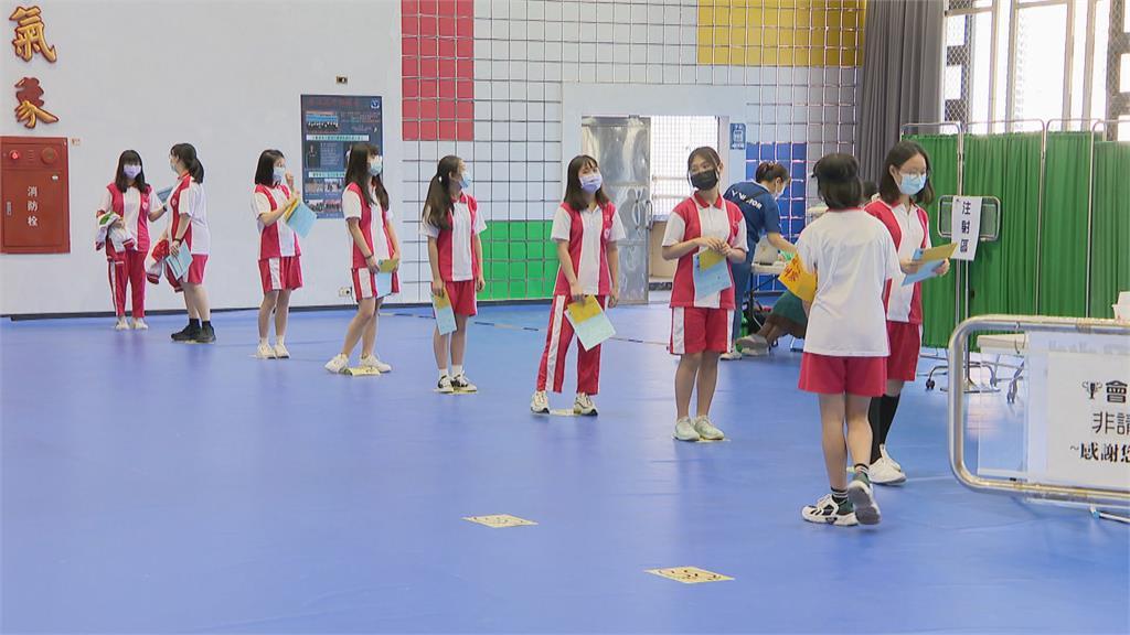 施打BNT第二日 有請音樂老師彈琴緩解學生情緒 兩週內避劇烈運動 校方調整體育課授課內容