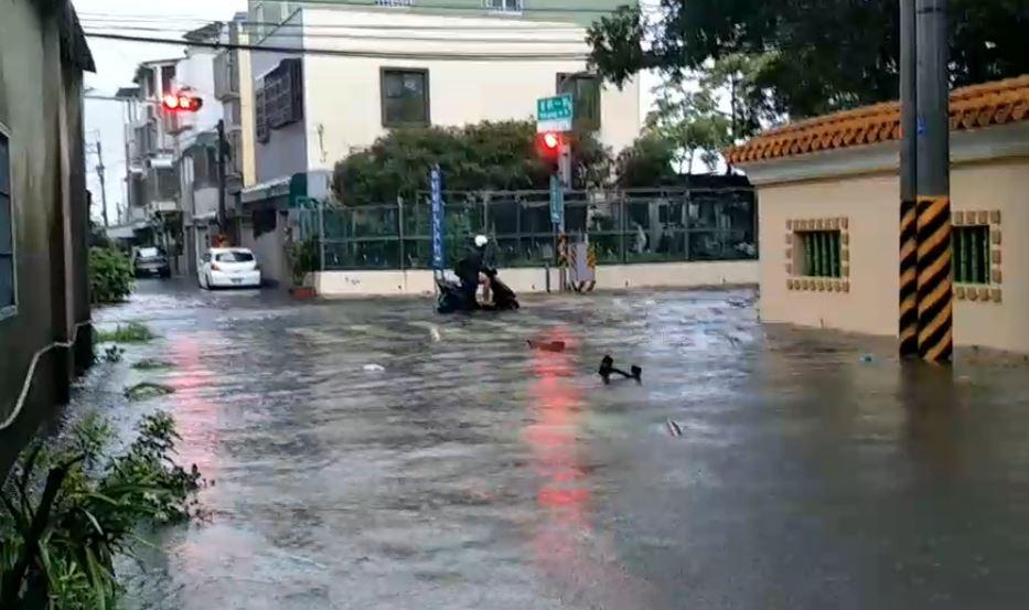 快新聞/午後豪雨炸南高屏! 高雄岡山、北市士林「一級淹水警戒」