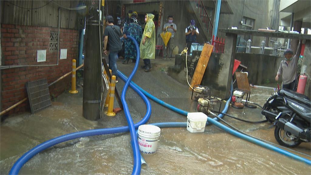 山坡水田積水? 泥流雨水灌民宅 烏日成功東路30多戶大淹水