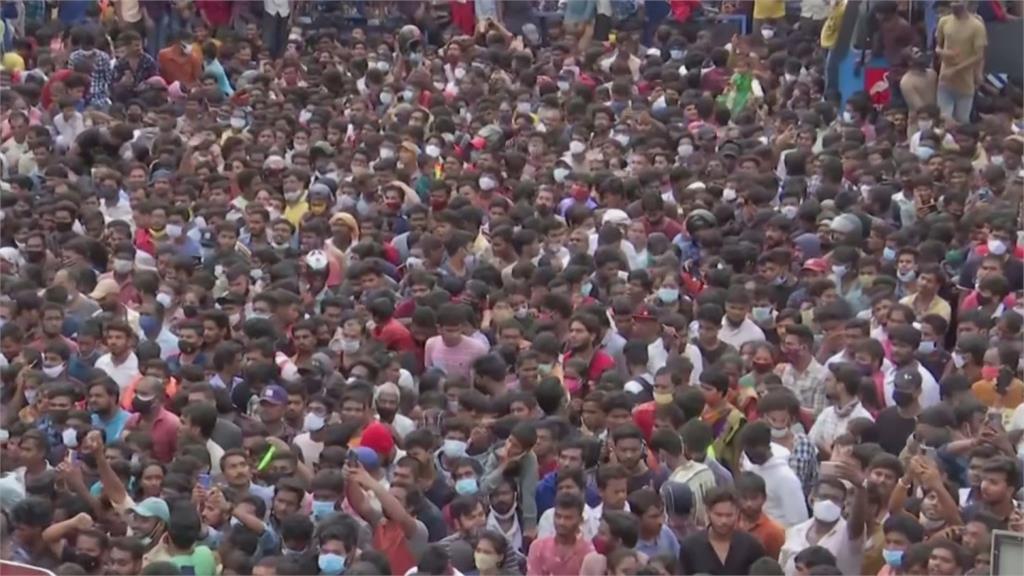 驚人!「前胸貼後背」不戴口罩 印度慶祝象神節人潮擠爆