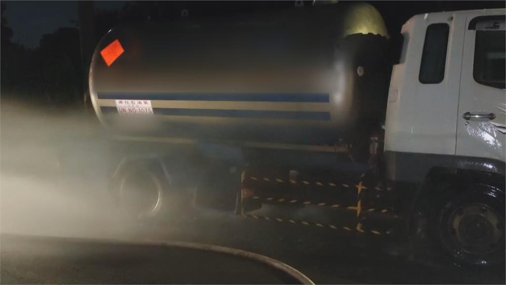 瓦斯槽車瓦斯外洩 消防隊猛灑水稀釋濃度