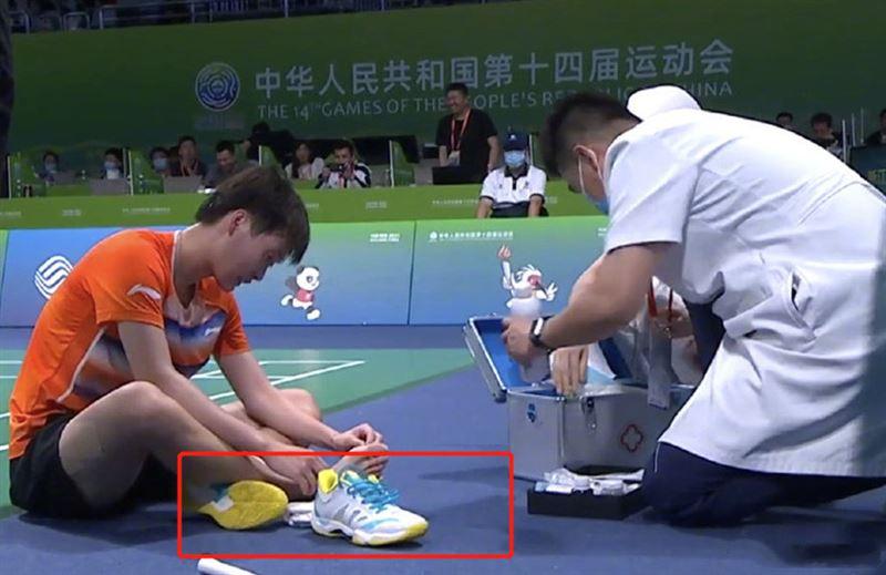 陳雨菲比賽穿「中國品牌球鞋」腳被割傷!代言人肖戰慘被網罵慘