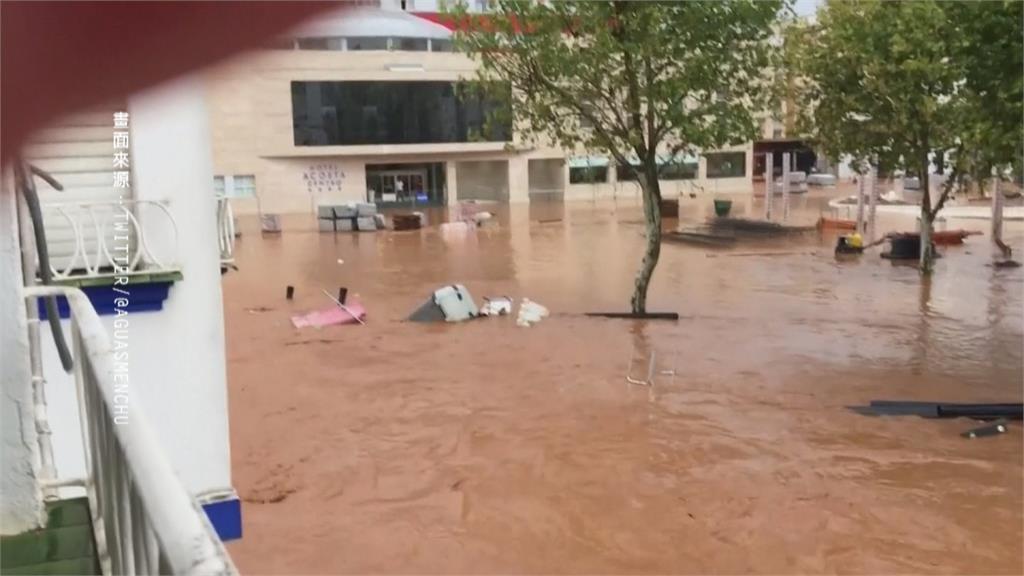西班牙南部暴雨! 大水淹沒馬路 泡水車變碰碰車
