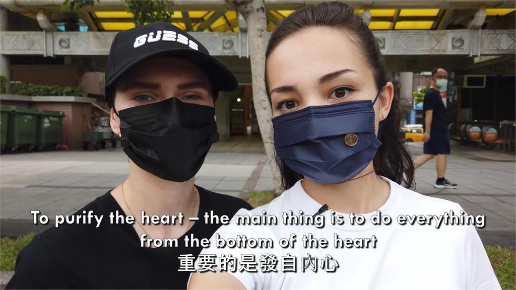 台灣寺廟讓俄羅斯美女感到安心!兩人擁有護身符超有感 還願曝「信仰意義」
