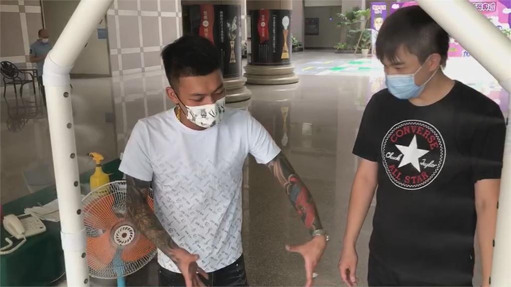 網紅鳳梨捐消毒門給嘉義市警局 見波麗士大人緊張內八曝:很怕隨時被上銬