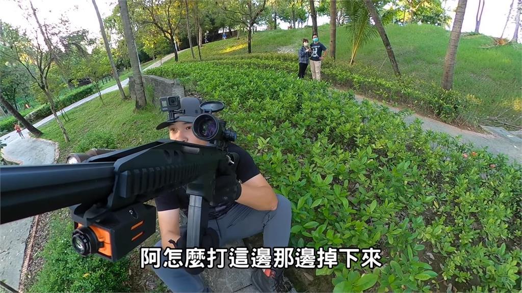 台南公園驚見「3巨龍」外來種!獵物在20公尺高樹上 他成功擊落為民除害
