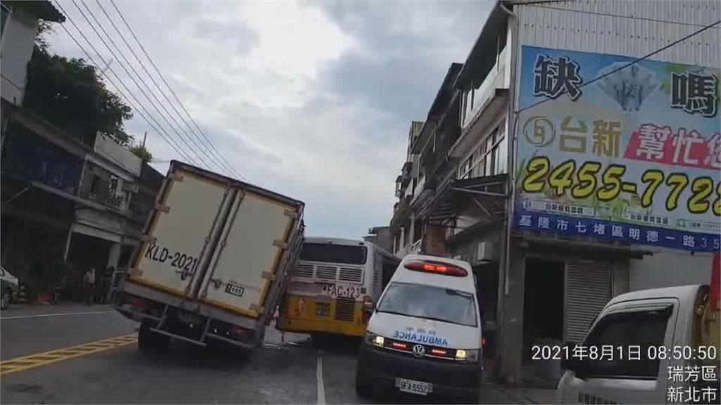 瑞芳公車遭貨車追撞 4輛車撞一團交通受阻