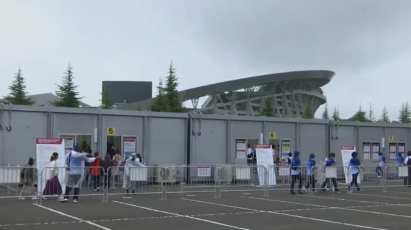 熱血球迷街頭高舉標語 幸運獲贈兩場東奧足球賽門票