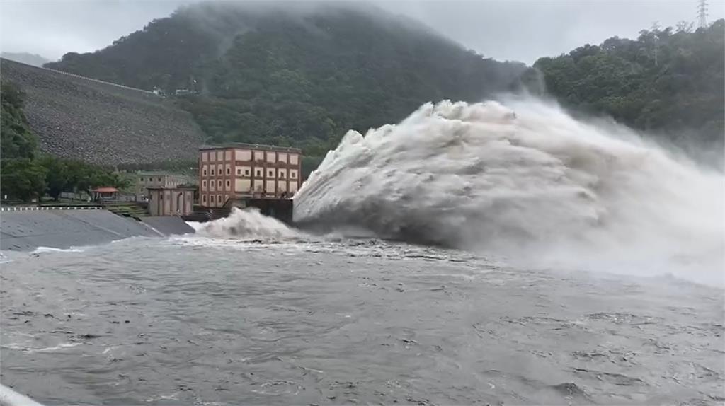 石門水庫喝太飽!距滿水位不到1米睽違2年「洩洪」超壯觀畫面曝光