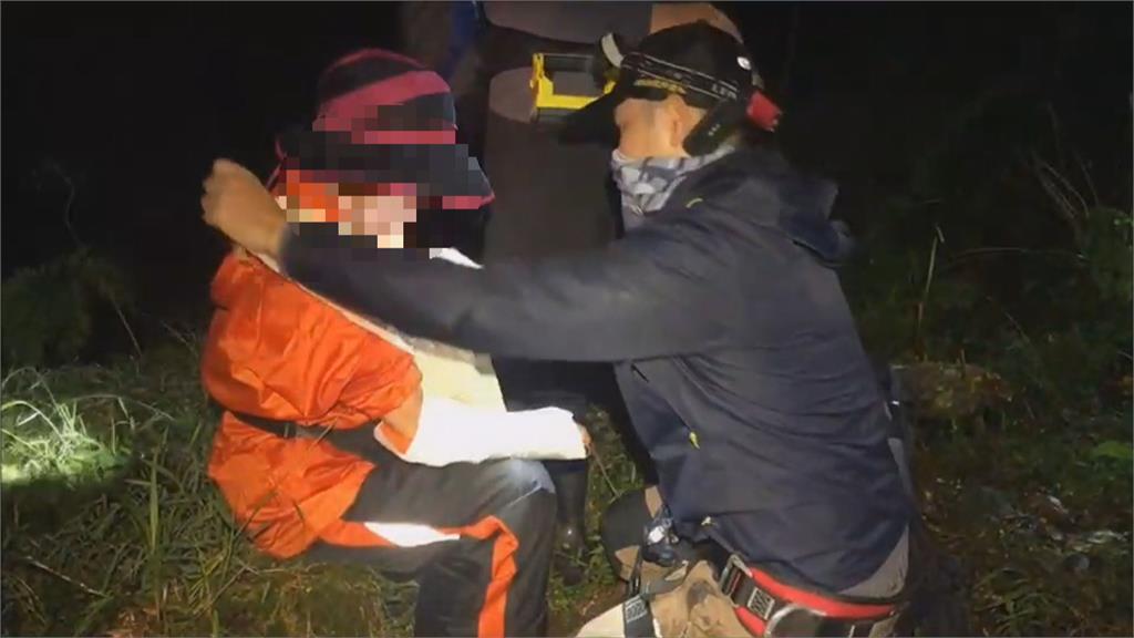 瀑布湍急、山壁陡峭 登山團受困 救難隊摸黑搜救 完成高難度救援