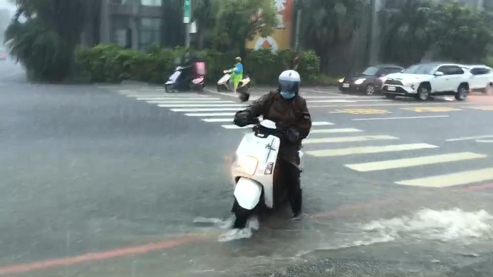 快新聞/台南市區豪雨狂炸道路大積水 車輛駛過水花濺起近1輛車高度