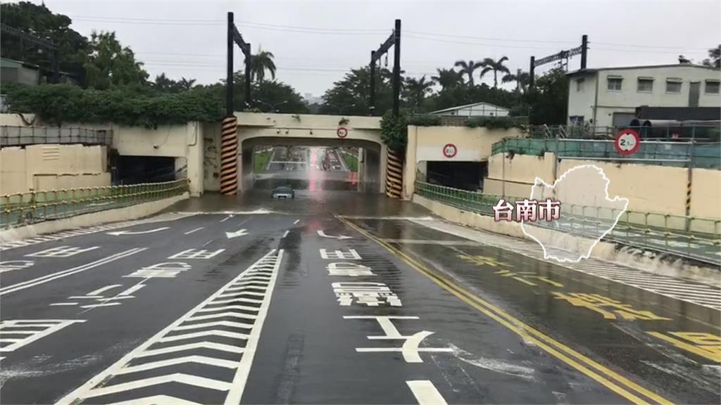 雨灌南台灣! 台南省躬一街水快淹進房 屏東大仁科大前路成河