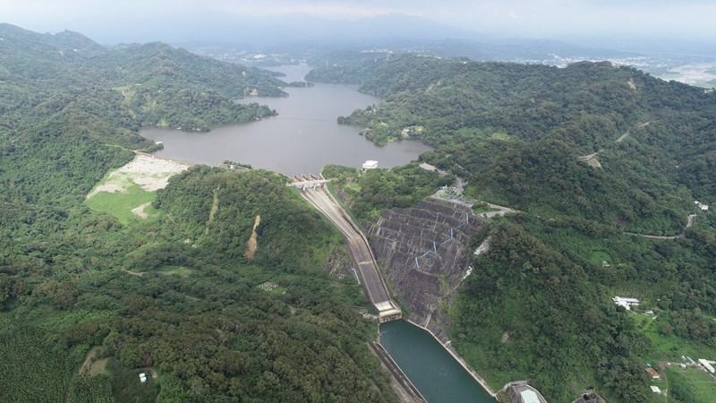 鯉魚潭水庫蓄水率100%達滿水位  特殊鋸齒堰溢流美景優雅再現