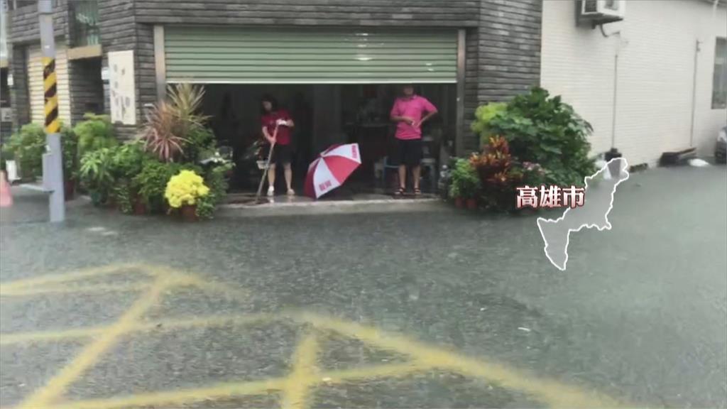 雨灌台南! 大水險淹過輪胎 駕駛棄車脫困