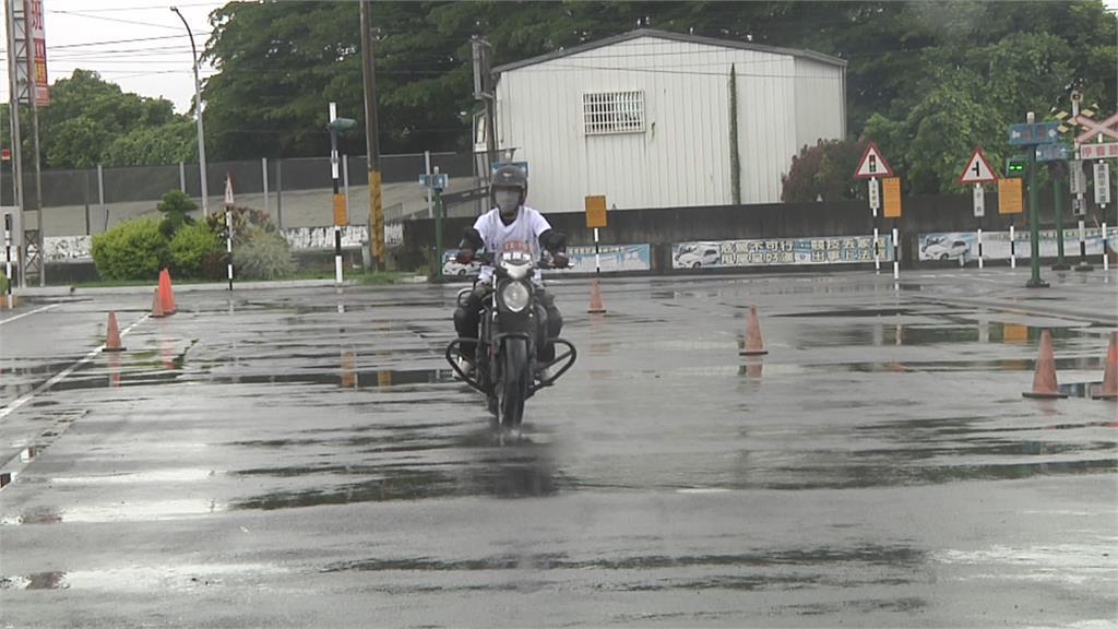 天雨路滑!機車閃前車急煞 瞬間飄移噴飛重摔