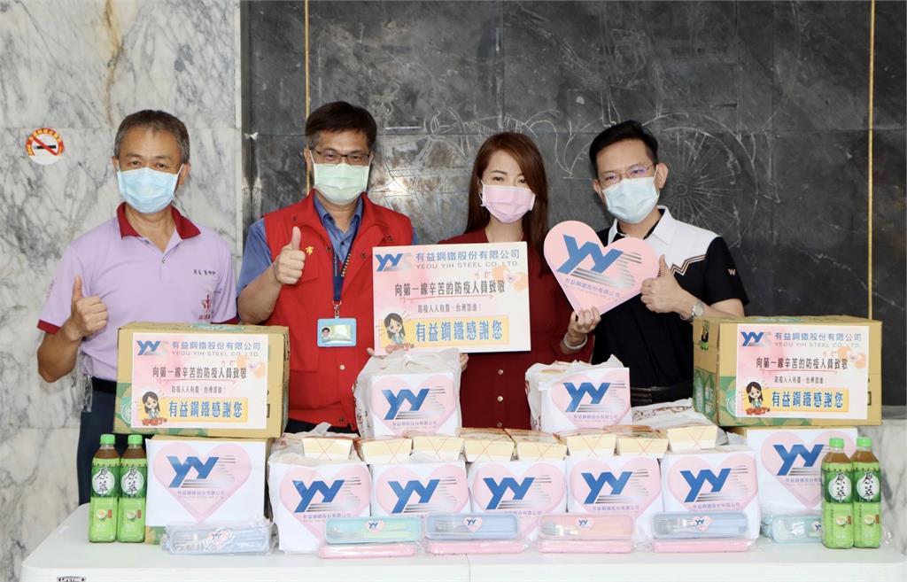 快新聞/選擇在台灣打疫苗! 高雄岡山國小外師秀接種卡大比OK手勢