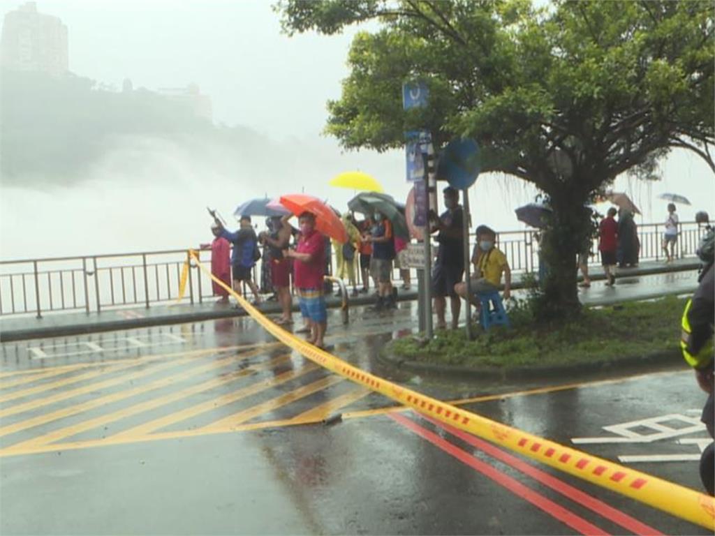 民眾搶圍觀!距離上次647天「石門水庫洩洪」:北市河堤淹大水
